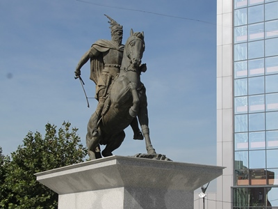 statue of skanderbeg in pristina
